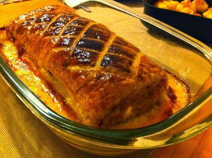 Rolo de carne folhado recheado com queijo e friambre