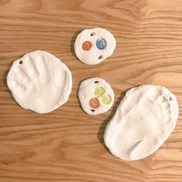 【アプリ投稿】紙粘土で手形、足型。一緒におはじき埋めた。乾いたら… | みんなのタネ | あそびのタネNo.1[ほいくる]保育や子育てに繋がる遊び情報サイト