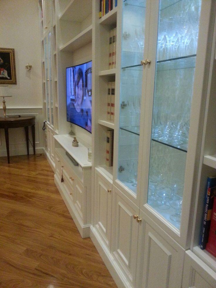 Vista prospettica della libreria classica su misura.