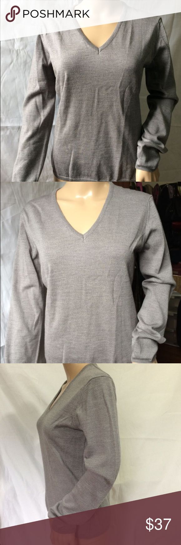 """Thomas Pink Merino Wool V-neck Sweater Size M New without tags.      SIZE :M . Shoulder   (Back side):16"""" .Bust/Chest Under armpit    ( around):36.5"""" . Waist  ( around):32"""" . Sleeve:23.5"""" . Cuff / wrist   (around):8"""" . Bottom Hem ( around):34"""" . Length (high):23"""" NOTE: .5"""" MEAN A HALF INCH = ½"""" Brand , size tag and retail tags are missing Measures are from Medium How ever please view measures in the listing. Only does have one tag what you see in the last picture. *Please check, some clothes…"""