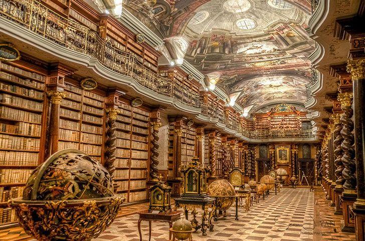 La bibliothèque Clementinum a été ouverte en 1722 pour une université jésuite de Prague. Elle possède plus de 20 000 livres et est un très bel exemple de l'architecture baroque.