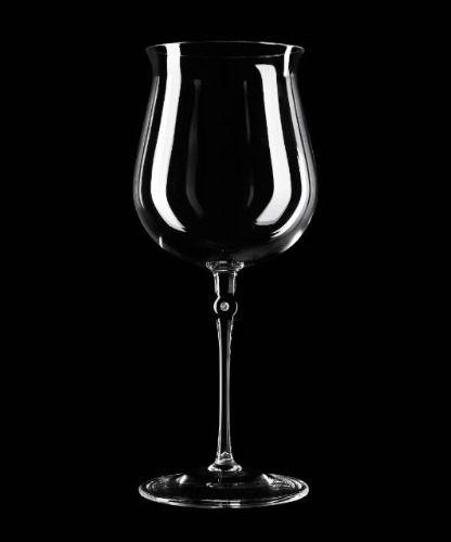Ihr solltet einen Millionär #Wein bereit halten für dieses magische Glas. Dies ist das teuerste Weinglas in Existenz! Es kostet 3750,00 & hat einen kleinen Diamanten auf dem Stamm,aus Borosilikatglas,ein Glas Typ bekannt für seine hohe Beständigkeit gegen thermische Schocks, welches die Eigenschaften des Weines auf normalem Niveau hält, während das Glas in warmen Händen gehalten wird. Der 0,15 Ct Diamant mit G Farbe und Reinheit VVS 1 und Borosilikatglas werden bei 1200 Grad Celsius…