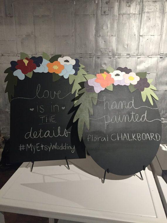 Op zoek naar een unieke schoolbord voor uw bruiloft? Kan worden gebruikt als een teken van de bruiloft, bruiloftsmenu, foto prop of elke andere plaats moet u bewegwijzering.  Handgeschilderde bloemen schoolbord op berken multiplex.  Beschikbaar in hetzij rechthoekig (zoals getoond op het linker schoolbord in de foto) of ovaal (zoals getoond op het juiste schoolbord in de foto) vorm en twee kleurcombinaties: -BLAUW/rood: licht blauw, Bourgondië, Marine, oranje (zoals getoond op het linker…