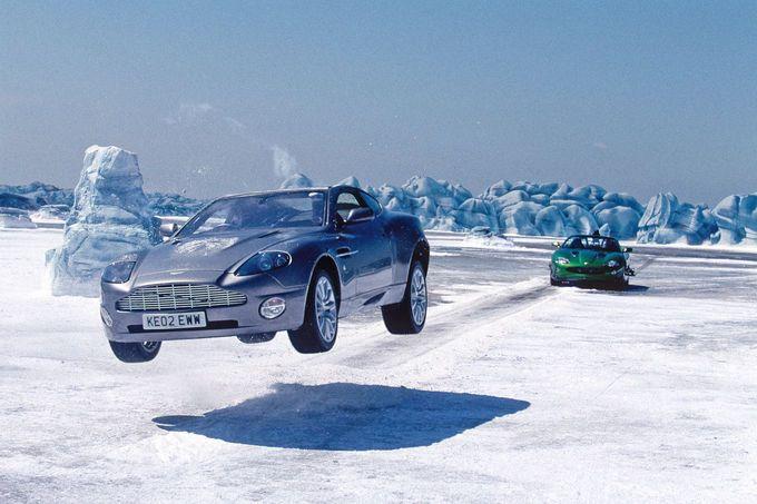 Aston Martin Vanquish Aston Martin Vanquish: Stirb an einem anderen Tag (2002), 460 PS, Sechsliter-V12, max. 295 km/h. Adaptives Camouflage-System (Wagen wird unsichtbar), hitzesuchende Raketen, Maschinengewehre, Fernsteuerung, Schleudersitz