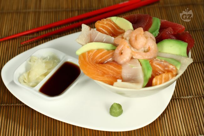 Il cirashi è una delle preparazioni tradizionali del sushi giapponese; la base è il riso cotto per assorbimento e con la classica riduzione di aceto-vino-zucchero e sale.