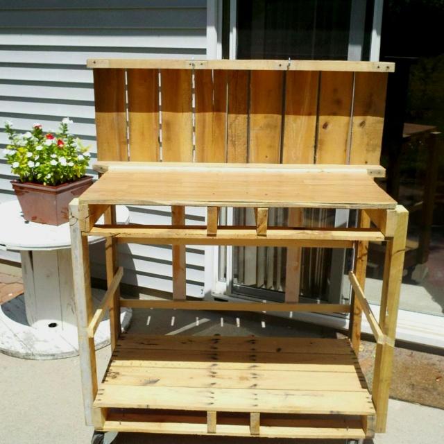 Perfect Pallet Garden Work Bench