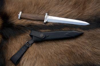 nůž: Dýka ocel: N690 Bohler celková délka: 348mm délka čepele: 207mm síla čepele: 6mm materiál rukojeť: ořech, nerezová záštita a patice pouzdro: dřevěná pochva, potažená kůží, s koženými doplňky