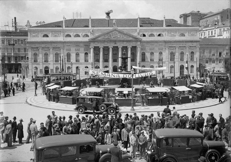   Rossio (1931)  Na fotografia somos apresentados com a primeira feira do livro realizada em Lisboa. Realizada na data apresentada em cima.  Fotógrafo: Estúdio Horácio Novais  Biblioteca de Arte