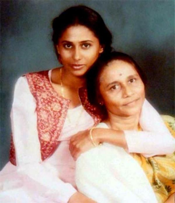 A rare photo of Smita Patil with her mom Vidyatai Patil