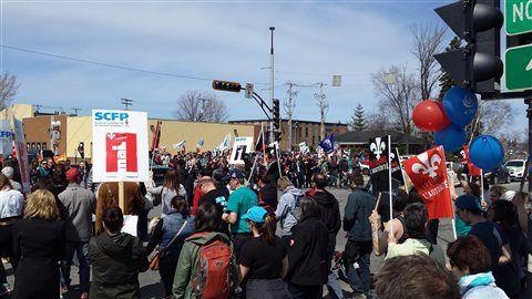 """La Sûreté du Québec (SQ) a tenu à rectifier le tir, mardi, en ce qui concerne <a title href=""""http://ici.radio-canada.ca/regions/abitibi/2015/05/04/003-arrestation-manifestation-organisateur-bruce-gervais-alocat-rouyn-noranda.shtml"""">les constats d'infractions qui ont été remis à un des organisateurs des manifestations du 1er mai à Rouyn-Noranda</a>. Lundi, la SQ affirmait qu'un individu avait été interpellé pour avoir consommé sur la voie publique. Le corps policier explique maintenant que le…"""