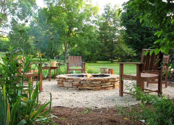 runde offene Feuerstelle aus beigenfarbenen Steinplatten gebaut