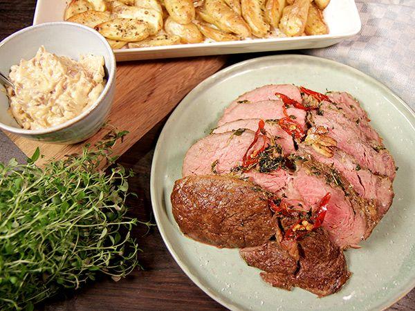 Helstekt entrecôte med pepprig potatis och ett smör smaksatt med lök och rödvin. Riktigt smarrig festmiddag som till stor del sköter sig själv i ugnen.