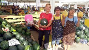 """Pepenii de Dăbuleni sunt vestiţi în întreaga ţară, iar în maximum două săptămâni apar primele exemplare pe piaţă, a anunţat miercuri, 27 mai, Nicolae Drăgoi, primarul oraşului Dăbuleni. Pepenii de Dăbuleni sunt marcă înregistrată încă din anul 2010, însă anul trecut au fost multe probleme pe piaţă din cauza samsarilor. """"În maximum două săptămâni mâncăm […]"""