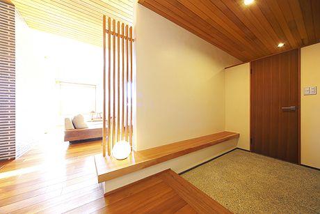 玄関からリビングをのぞむ。オープンな空間をさりげなく仕切る工夫が美しい。