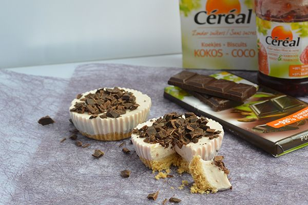 CHEESECAKE CUPCAKES + Win pakket om ze zelf te maken!  Deze overheerlijke cheesecake cupcakes zijn toch nog relatief slank: gemaakt met kwark, jam en agar agar. De bodem maakten wij van verkruimelde koekjes, wel zo makkelijk.  Win 5x het pakket om deze taartjes zelf te maken, met daarin een pak koekjes, een pot jam en een reep chocolade van Céréal. Je hoeft zelf dus alleen kwark, agar agar (of gelatine) en kokosolie toe te voegen.  Winnen? http://foodness.nl/recipe/detail/588