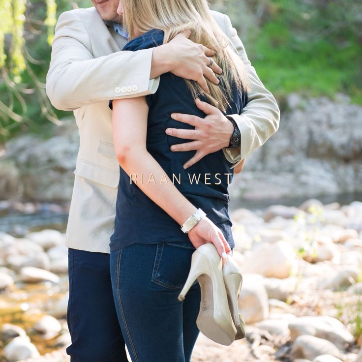 In #love with this photo of Jaques and Leandra, love hoe he #Holds her #Tight #StellenboschEngagements #Couplesinlove #Fineartweddingphotographer #Riaanwest