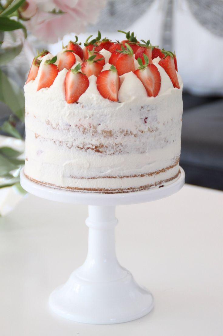 Sommartårta; kardemummabotten med limemousse och mandelfyllning. Med jordgubbar. Mums.