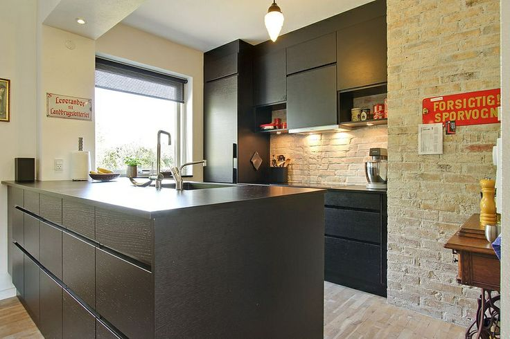 Køkken med rå væg