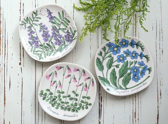 人気デザイナー「エステリ・トムラ」が手がけたウォールプレートシリーズ モチーフは果物・花などが描かれており、その数は50種類以上にも上るそうです。 アラビア/ARABIA ボタニカ/Botanica リンネソウ/Linnaa borealis ウォールプレート