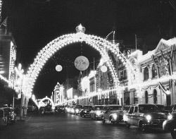 WAN-0026728 © WestPix QUEEN ELIZABETH 2 AND PRINCE PHILIP - ROYAL TOUR 1954. DECORATED ARCH WITH LIGHTS ON. 24 MARCH 1954.