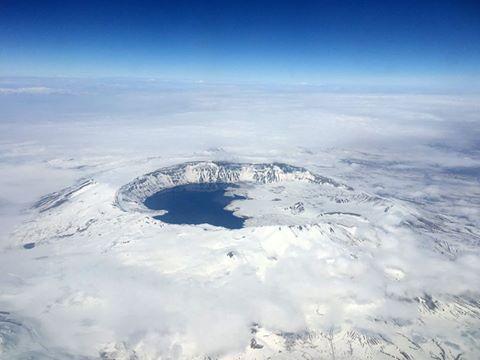 NEMRUT KRATER GÖLÜ'NE KUŞ BAKIŞI Uçakla seyahat esnasında yüzlerce metre yükseklikten kuş bakışı görünen Bitlis ili sınırlarındaki Nemrut Krater gölü'nün halen karla kaplı olduğu gözlemlendi.