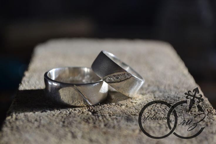 Argollas matrimoniales en plata 950 con cuarzos en engaste de grifas y textura. Hecho a mano por Orfebrería de la Cruz. 2015.