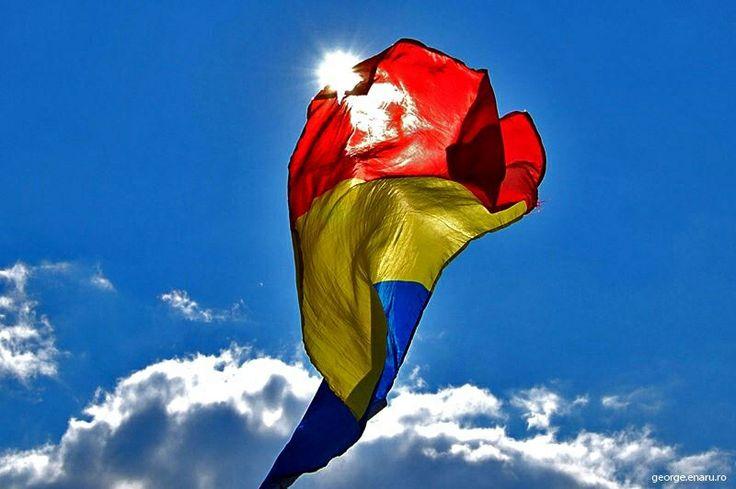 Le drapeau Roumain. Bleu, jaune, rouge, ces couleurs signifieraient selon une légende très répandue aujourd'hui, les trois pays historiques, la Valachie, la Moldavie, la Transylvanie, unifiés entre 1859 et 1918.