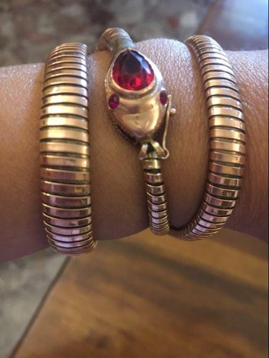 Ketting armband in de vorm van een slang  Choker armband in de vorm van een slang met een rode steen op het hoofd van eind jaren 1800/begin 1900 fijn en zeer zeldzaam item van sieraden uit een Italiaanse goudsmid atelierHet meet lengte 45 cmHij weegt 28.4 gram14 kt rood goud  EUR 1200.00  Meer informatie