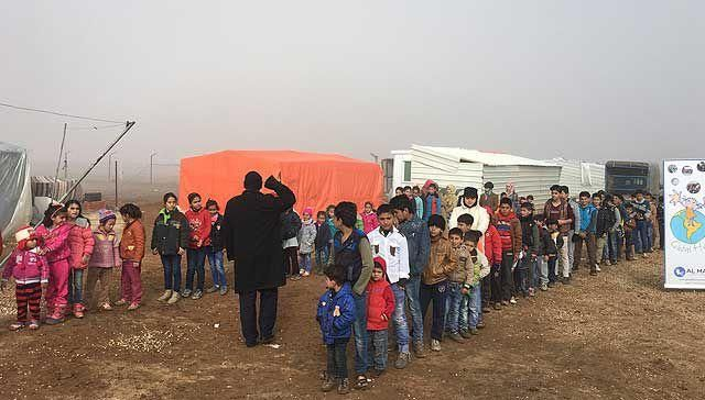 Ropa de abrigo para niños sirios refugiados en Madaba