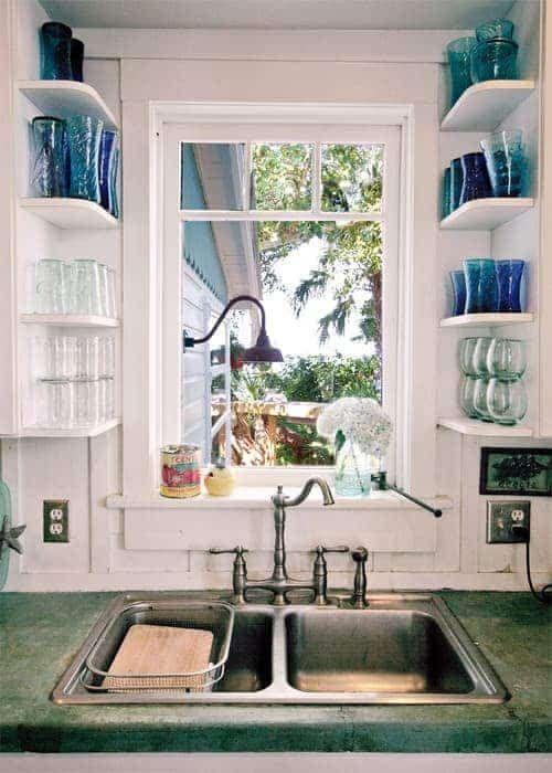 Une super astuce de rangement est d'utiliser des petites étagères pour ranger vos verres.