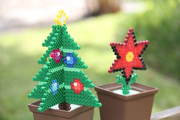 Haz decoraciones navideñas con perler beads, por ejemplo un arbolito y una nochebuena para decorar tu escritorio. Te enseño a hacerlo aquí. #PerlerBeads