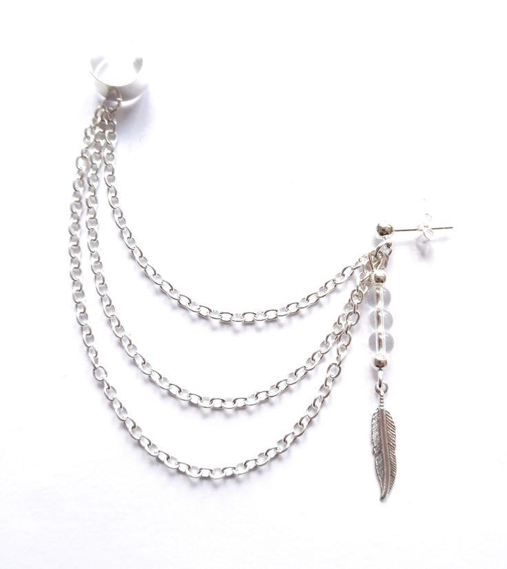 Ear cuff i silverplätering med kedjor och pärlor av bergkristall.