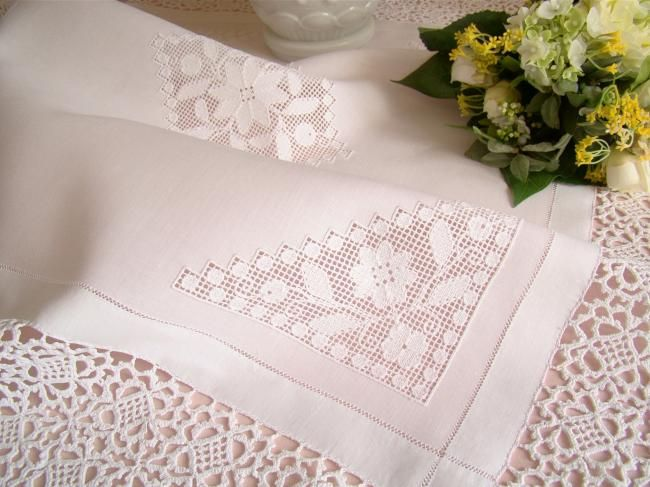 Élégante nappe en fine batiste de lin avec motifs floraux ajourés & dentelle