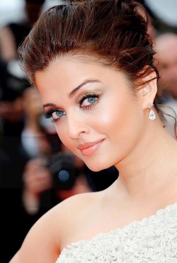 Aishwarya Rai Bachchan voted Hottest Mom