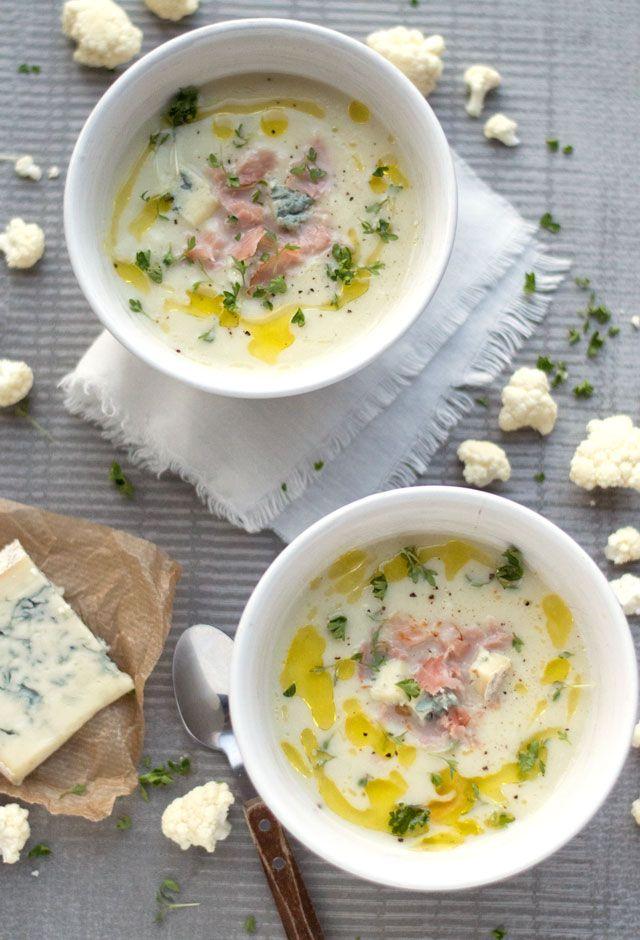 MAKKELIJK recept voor heerlijke bloemkoolsoep met gorgonzola en dunne plakjes zoute bacon. Dit recept is makkelijk om te maken en bovendien lekker snel klaar.
