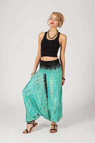Haremsbyxor Aqua Batik -  Snygg haremsbyxa i följsam, mjuk material med snyggt fall. Härlig turkos/grön färg med batik mönster. Denna haremsbyxa går även utmärkt att använda som en festlig jumpsuit eller som en blus!