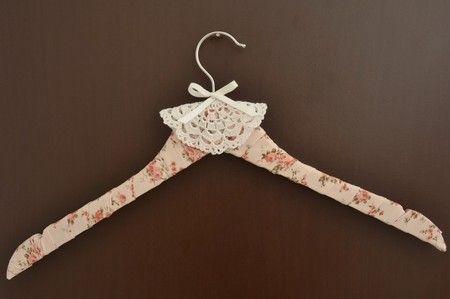 Cabide de noiva com tecido floral e crochê