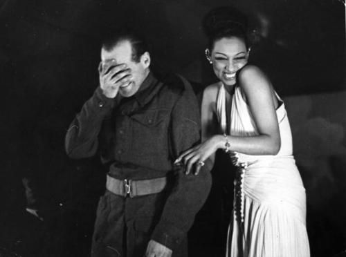 Jos phine baker entertains at a london victory party for Josephine baker pool