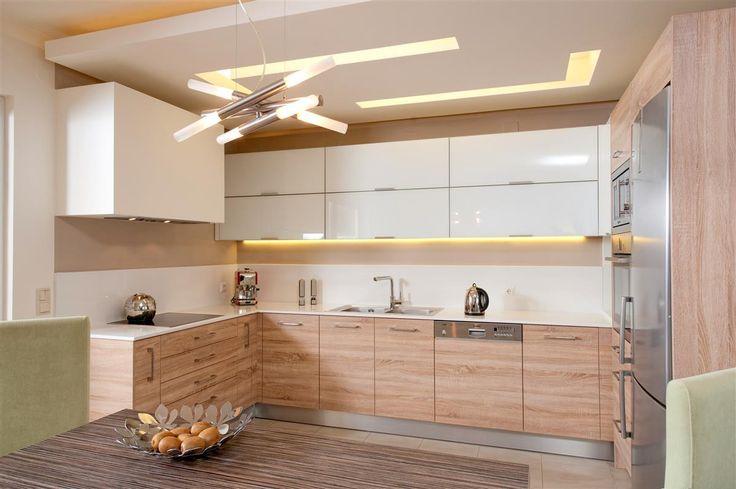 Μοντέρνα κουζίνα με πορτάκια από μελαμίνη Egger στο κάτω μέρος σε συνδυασμό με ερμάρια από λευκό Lacobel τζάμι στο επάνω.