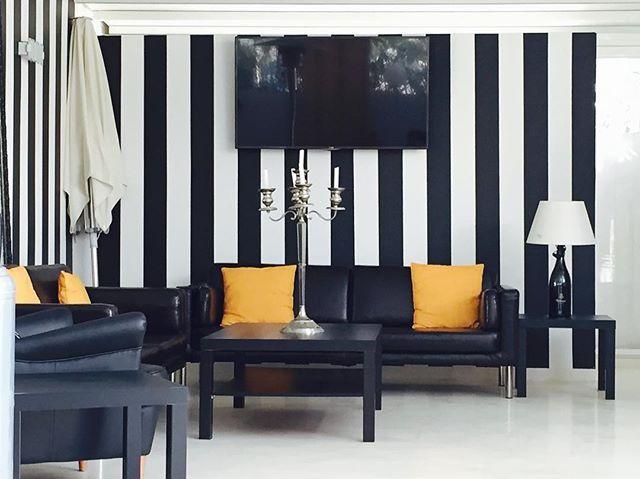 Anche durante un aperitivo in un momento di relax vengo rapita dallo stile che mi circonda...   #design #abbinamenti #colore #stile #bianco #nero #giallo #bello #salotto #aperitivo #sanleone #gmcomunicationanddesign