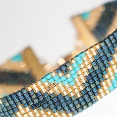 Bracelet manchette en perles tissées - motif triangles or, turquoise, bleu marine