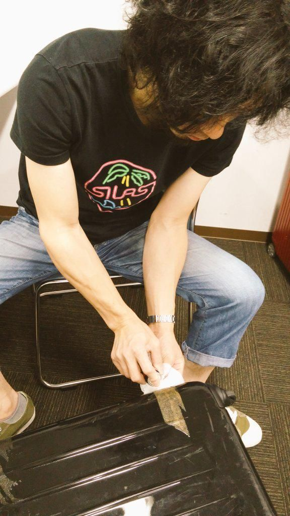 何故か玉田豊夢さんが、わたしのスーツケースにこびりついたガムテープを、シールはがしスプレー等を駆使して取ってくれています。
