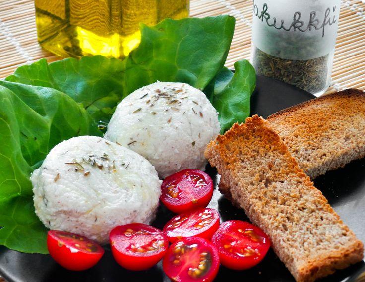 Mesés szendvicskrém juhtúróból, Dél-Európa ízeivel. A vegán változat készülhet kölesből és ugyanazzal a fűszerezéssel. Hozzávalók és recept: http://kertkonyha.blog.hu/2014/07/19/mediterran_juhturo