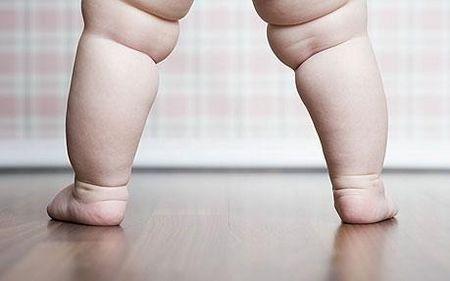 исследования немецких генетиков выявили интересную закономерность: толстый ребёнок чаще всего рождается в семье тучных родителей. Можно даже определённо сказать, что будущие дети у тучных родителей заранее запрограммированы на лишний вес, они ещё в утробе матери развиваются как толстые дети.