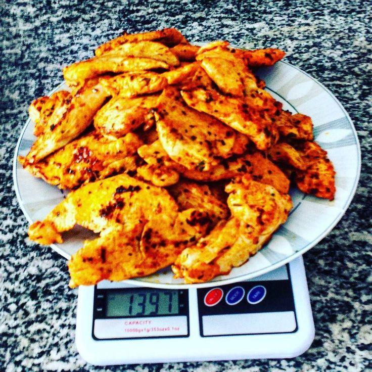 Vai um franguinho aí?  Tomara que sobre um pouco  (Foto tirada com a balança já tarada)  #frango #chicken #paleo #lowcarb #ComidaDeVerdade #comidademontr