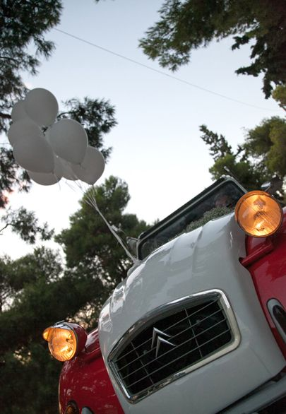 Red deux-chevaux Dolly and white balloons fot the getting away car- Mitheo Events | Concept Events Styling