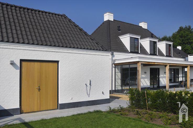 Bijzondere kraallijsten, zinken goten en hemelwaterafvoer, koppenlaagjes in het metselwerk, gebruik van eikenhout bij de veranda en in het interieur, diverse hardsteen toepassingen.