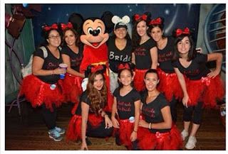 El nuevo destino de moda para planear tu despedida de soltera. Ideas para tu outfits Bachelorette Party at disneyland. Cute outfits. Photo with Mickey Mouse