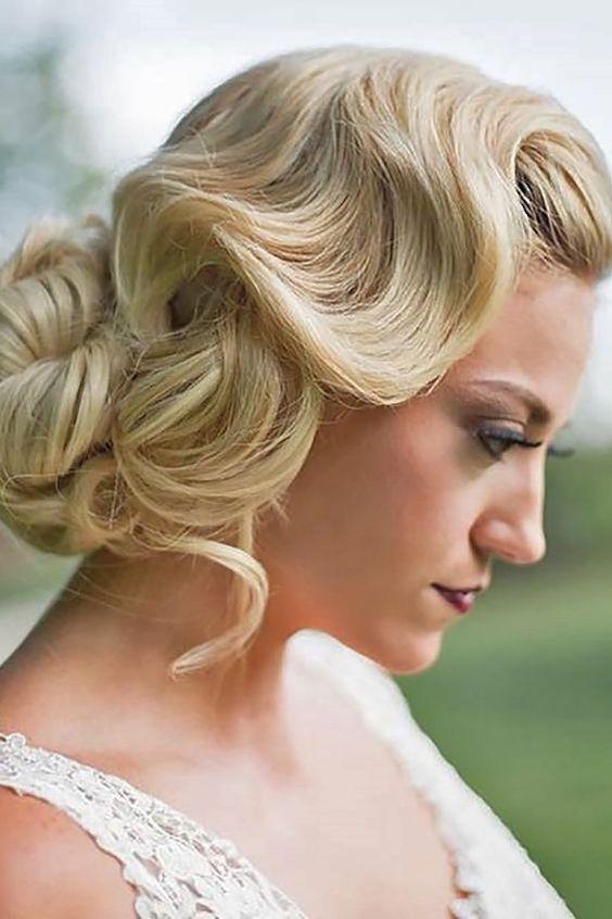 Desde los años 20 con el sensacional estilo Gatsby hasta los chignons de los '60, pasando por los moños de los 50s, los peinados de novia vintage vienen en todas las formas y tamaños.