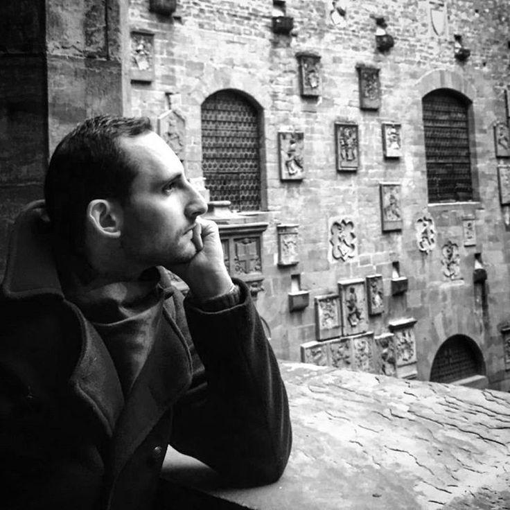 Morning lights at #Bargello museum in #Florence || #domenicaalmuseo #travelwithalexcommentator #firenzebyalexcommentator #morning #beautiful #portrait #me #menstyle #mensfashion #vintagearmy #coat #men #boys #vintage #silhouette #blackandwhite #museum #culture #coatofarms